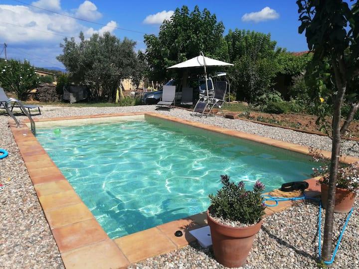 Casa con piscina en un pueblo tranquilo