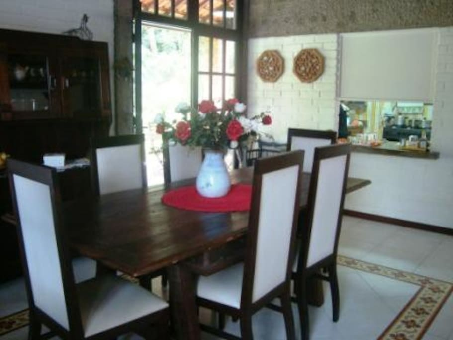 Sala de jantar com mesa para 6 pessoas