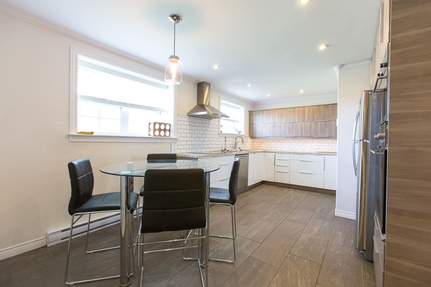 Modern Kitchen & Eating Space