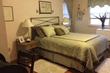 Queen Bed & Day Bed w/ private bath - Grand Junction