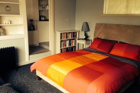 The Cosy Bedsit - great location
