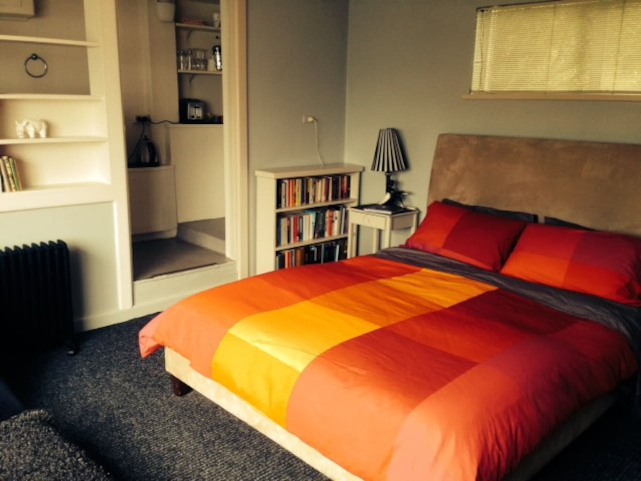 The Cosy Bedsit - queen sized bed