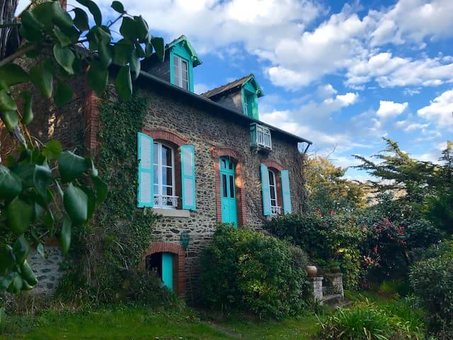 Les Mouettes - 1920s villa with superb sea views
