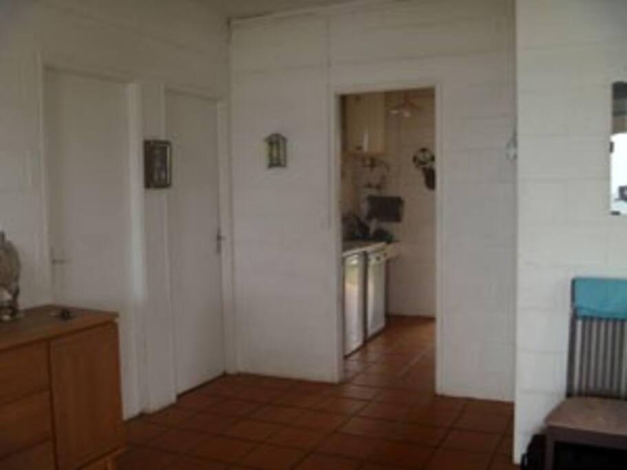 La cuisine est commune, avec 3 réfrigérateurs...