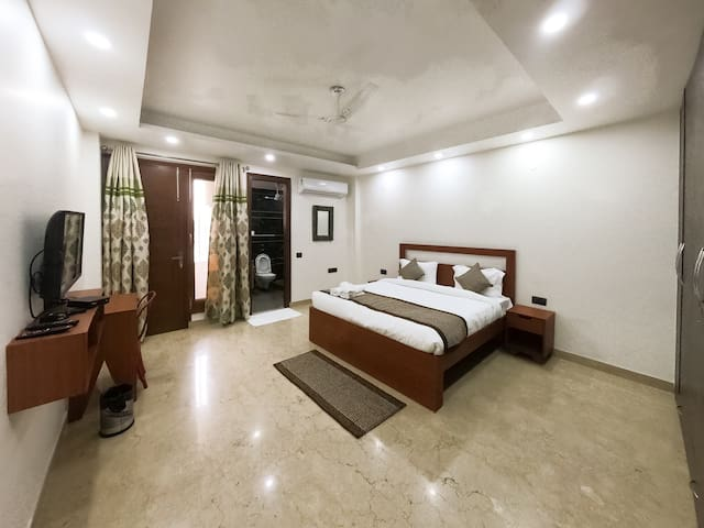 Under Mr Roof Luxury Apt @ Hauz Khas Mkt : Room 2