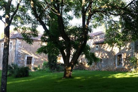 Lit à la Fraise entre Périgueux et Bergerac - Saint-Amand-de-Vergt - ที่พักพร้อมอาหารเช้า