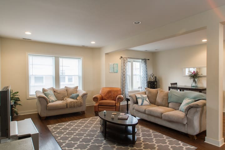 Modern Comfort, Walk to Transit, Food Blogger Host - Chicago - Apto. en complejo residencial