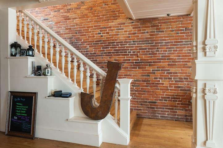 Bricks & Beams Loft in the heart of downtown Salem - Salem - Apto. en complejo residencial