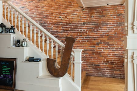 Bricks & Beams Loft in the heart of downtown Salem - Сэлем