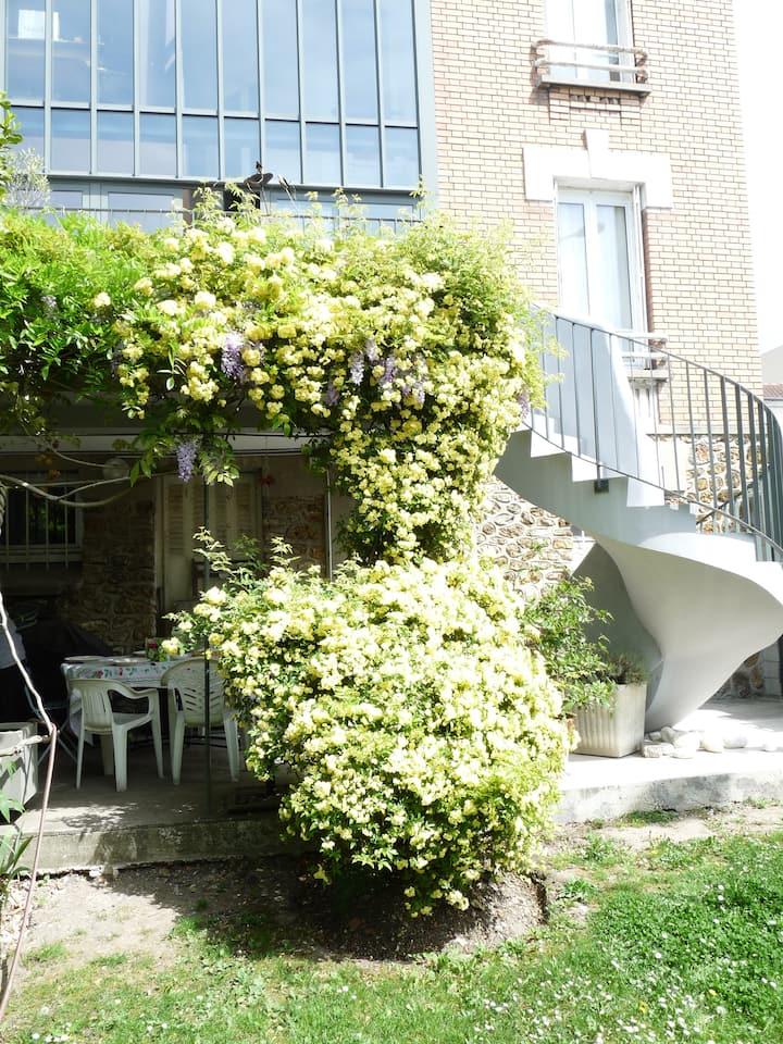 Chambre et sdb privative pour 1 ou 2 sur jardin.