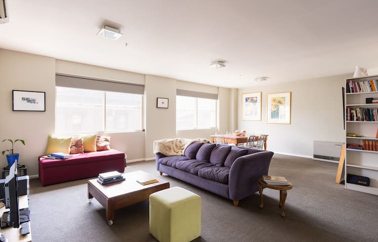 Sunny, spacious & comfy in best location - Collingwood