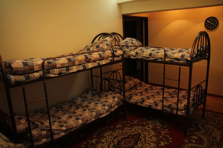 Comfortable bed in dormitory room - Алматы - Bed & Breakfast