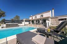 Villa Lulu with Swimming pool, Hot Tub and Sun deck