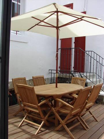 Table, chaises et parasol pour vos repas et petits déjeuners sur la terrasse