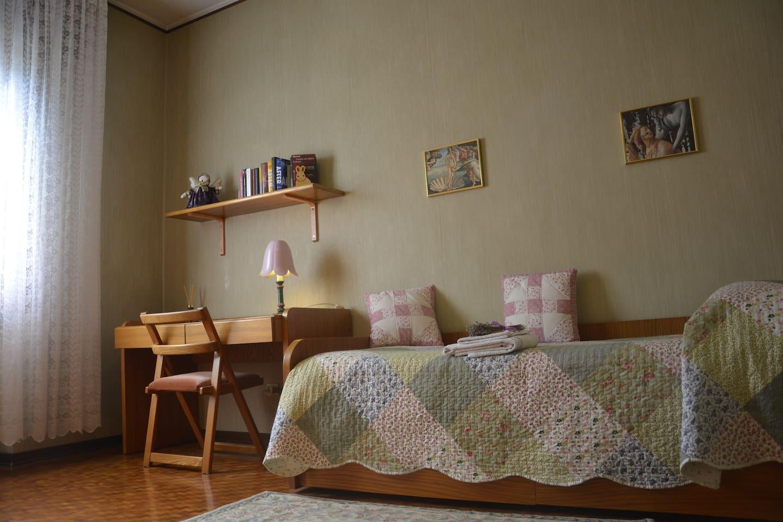 camera singola privata con scrivania e armadio