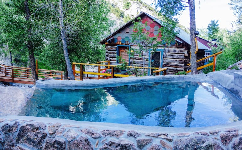 Holloway cabin on creek private hot springs cottages for Buena vista co cabins rentals