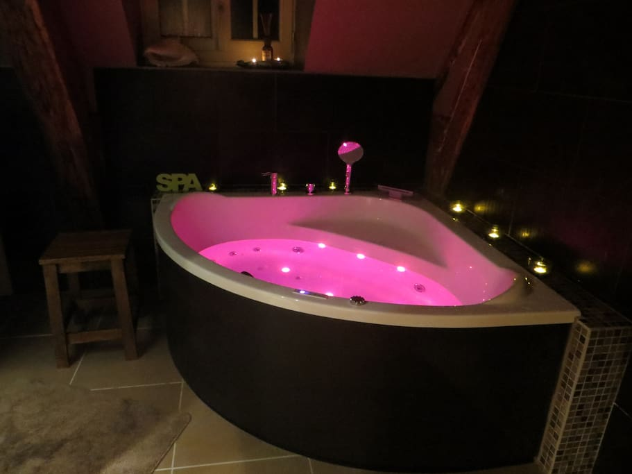 """Relaxation et détente. Spa bath with light therapy for a relaxing night """"...salle de bain balnéothérapie très luxueusement aménagée"""" (Thierry)."""