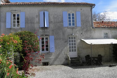 Maison charentaise avec piscine - Saint-Palais-du-Né - บ้าน