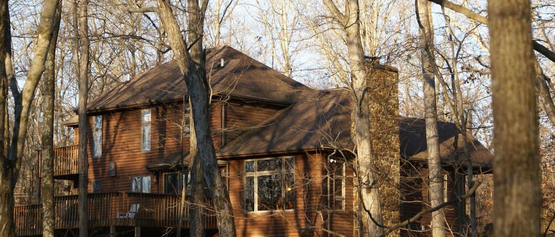 Van Gogh Room, SIU, Wine Trail, Lake & ECLIPSE - Carbondale - Casa