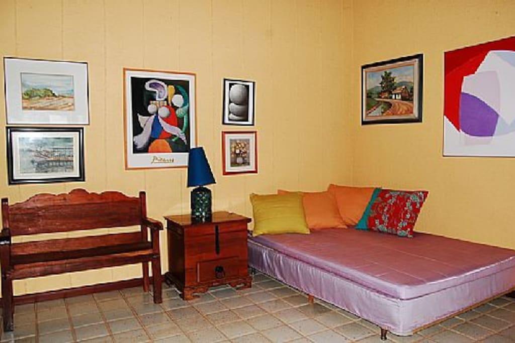 sala que pode ser reversível para quarto, são 4 chales com 2 suites e 1 sala em cada, existem mais 4 suites em outra área no condomínio.