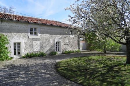 Grande maison charentaise, piscine - Saint-Palais-du-Né - House