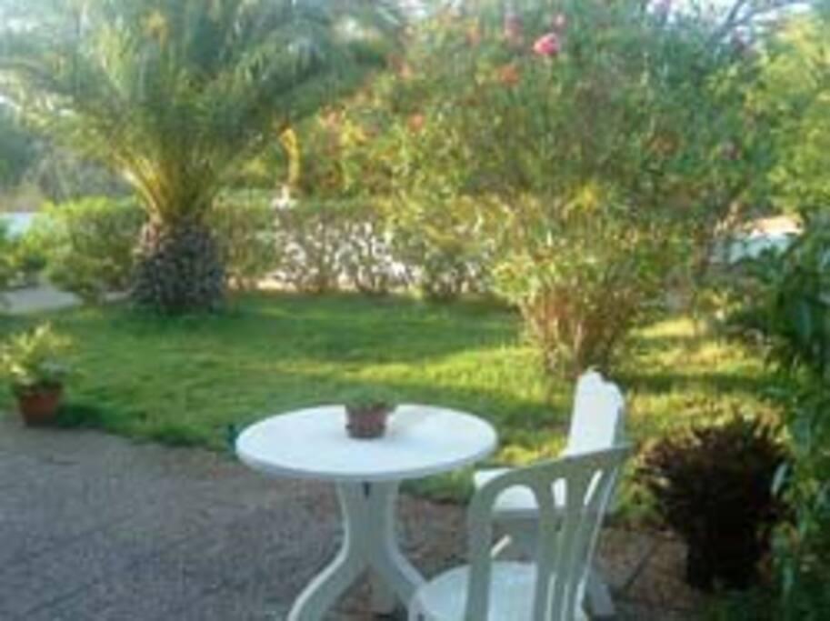 Jardin aménagé, tables, chaises, transats