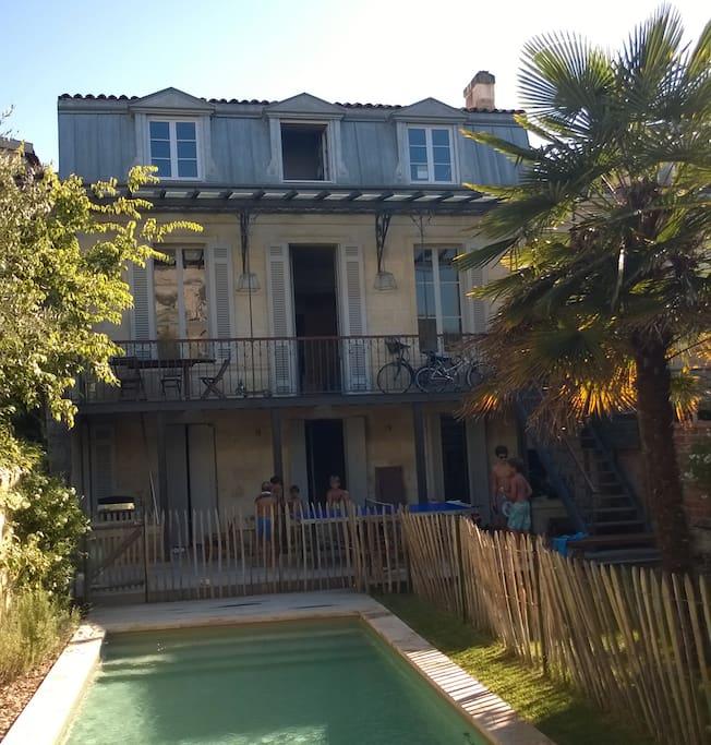 jardin avec piscine et terrasse sur 2 niveaux