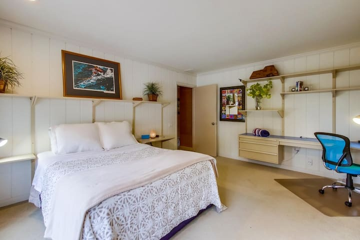 En-suite- bright private bedroom on large estate.