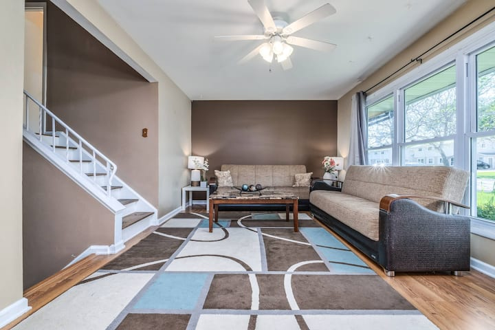 Prime Location Townhome. 15 Mins from O'hare