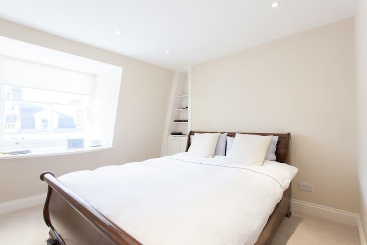 Two bedroom flat in Earls Court