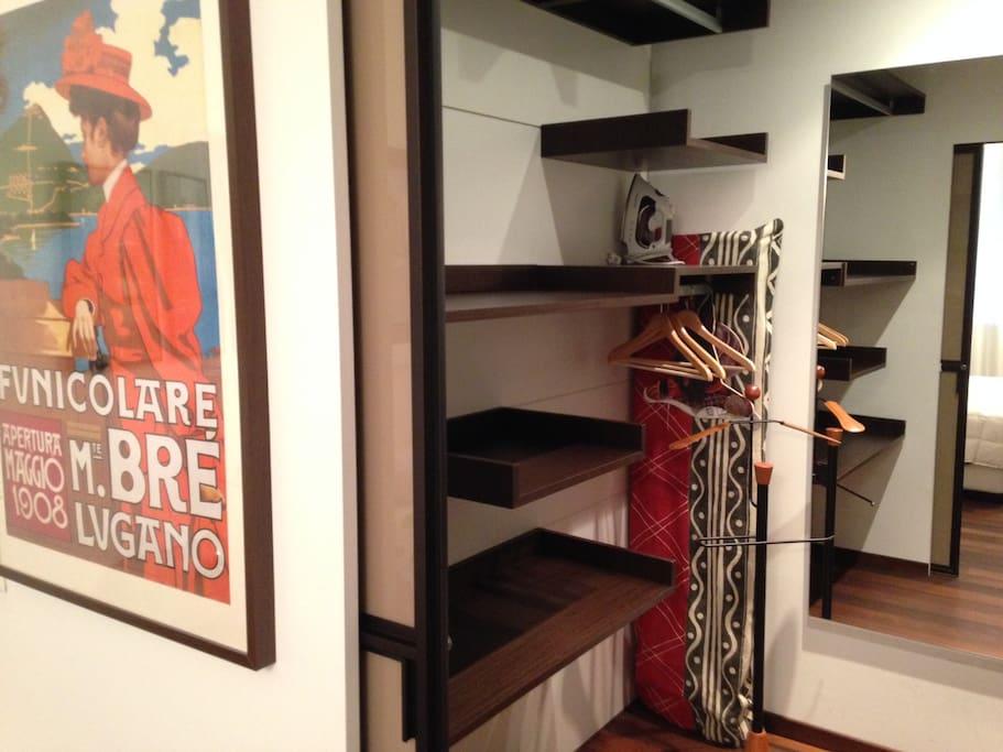 Spacious Walk-in Closet / Spaziosa cabina armadio