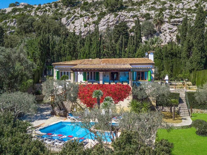 Magnificent Villa El Vila with Superb Bay Views
