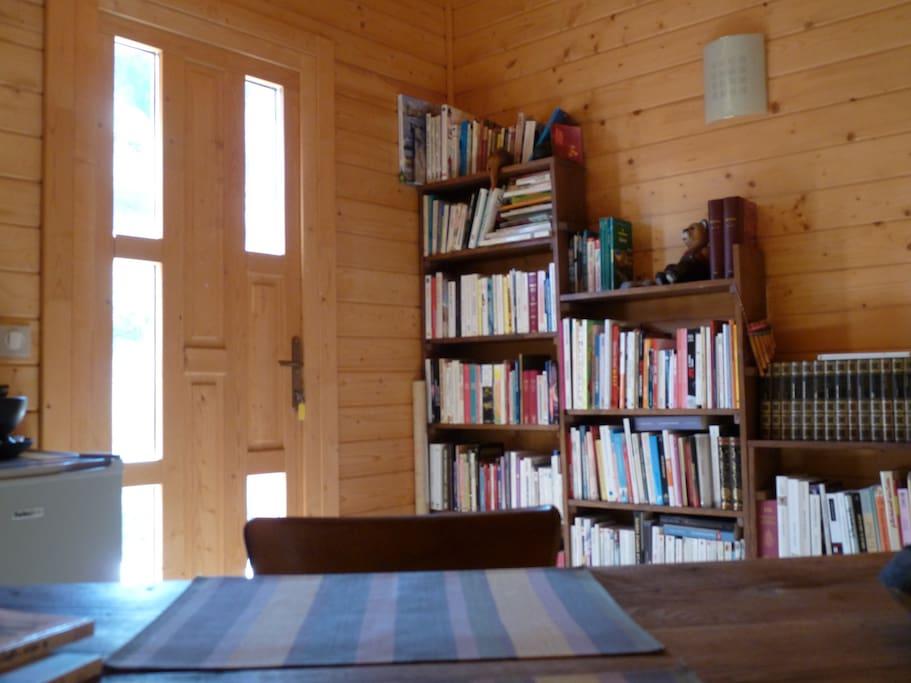 entrée, coin bibliothèque, espace petit déjeuner,lit d'appoint