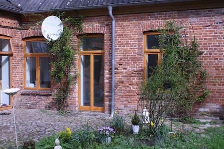 restaurierte, sehr ruhige FeWo auf Gutshof - Schwedeneck - Huoneisto