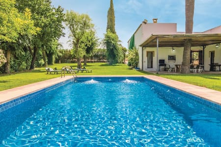 Holiday cottage with 6 bedrooms on 390m² in Écija
