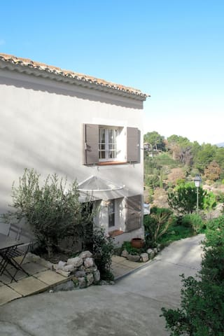 Charming village house with a beautiful panoramic view, 200m from the center of Pontevès, below the castle