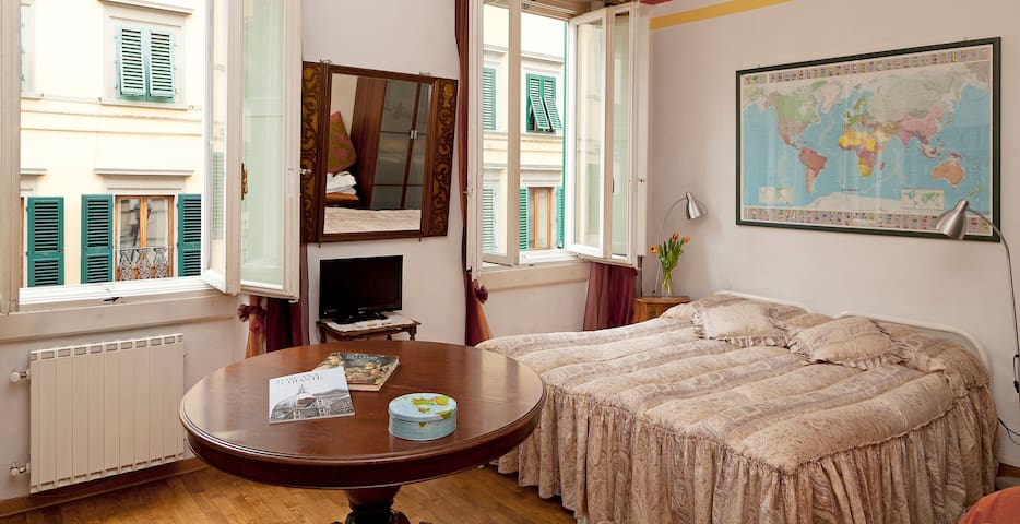 DOUBLE & LARGE ROOM-NEAR STATION - Florencia - Bed & Breakfast