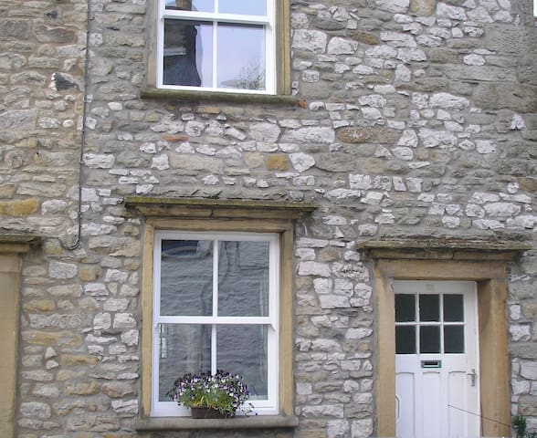Traditional cottage with woodburner - Settle - Hus