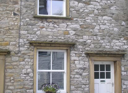 Traditional cottage with woodburner - Settle