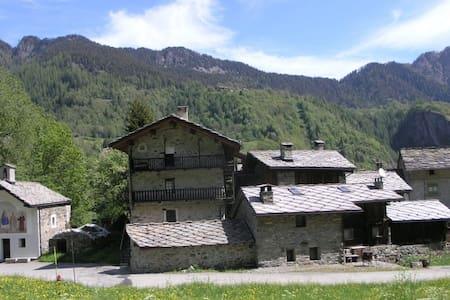 Casa tradizionale in pietra con dehors attrezzato