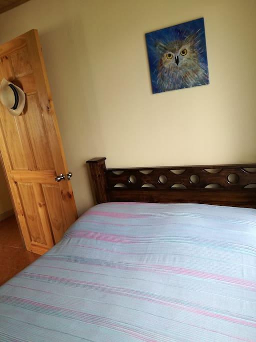 Dormitorio con cama matrimonial para dos personas