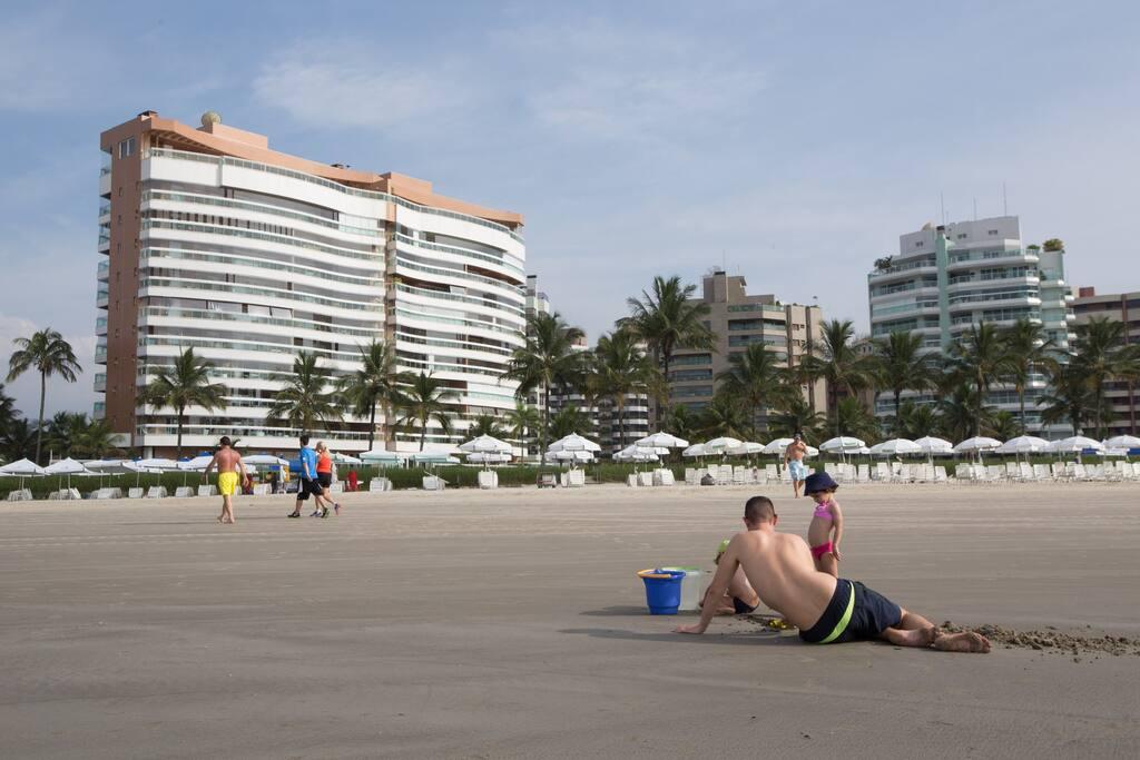 Foto do prédio pela praia.