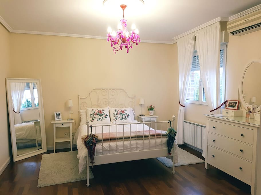 The largest bedroom. Spacious with a Queen double bed and also a single futon. Beautiful ensuite bathroom with shower and large tub. Views of the garden and pool.