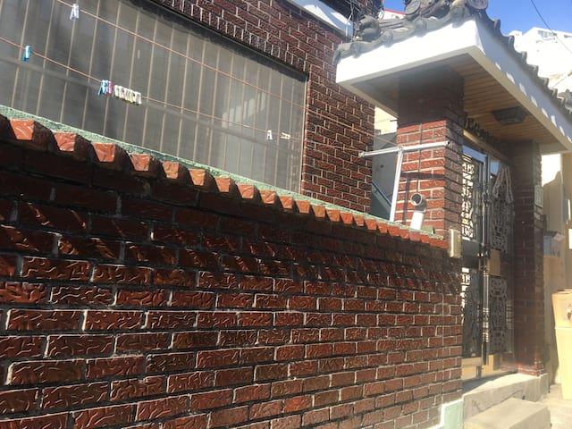 부산진역 한옥집 (Near Busanjin St. house) - 부산광역시 - House