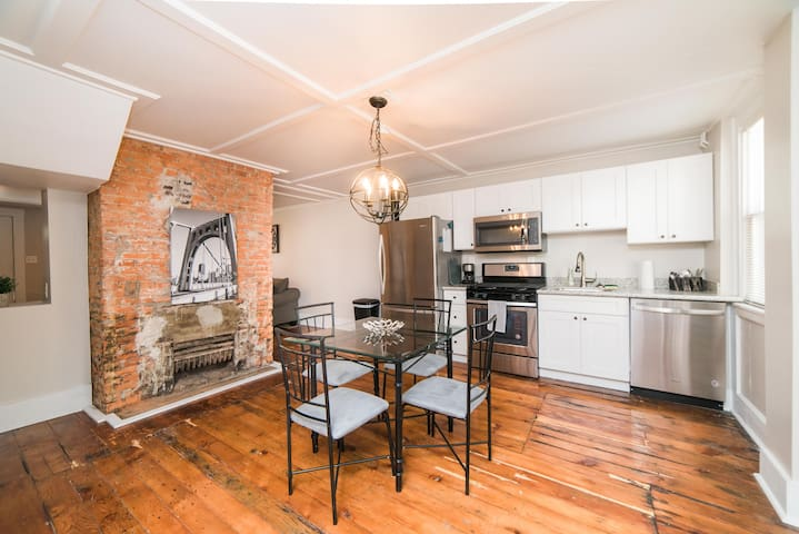 ☆Renovated Carriage-House in Historic Northside!☆