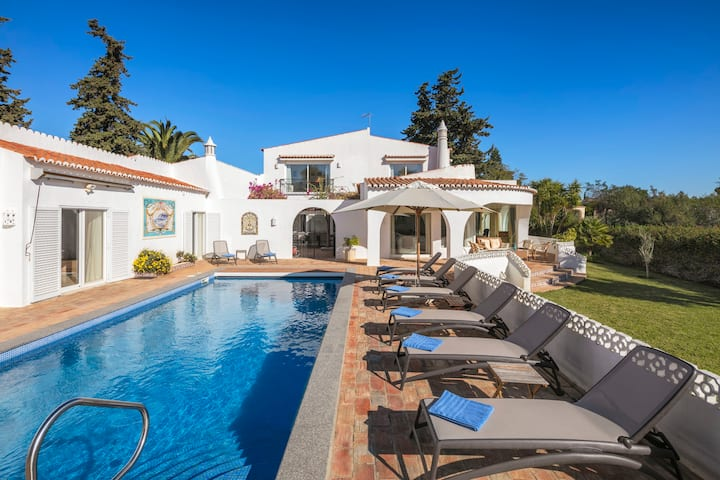 Casa Leão - Lovely 4 bedroom villa with stunning sea views, jacuzzi and pool!