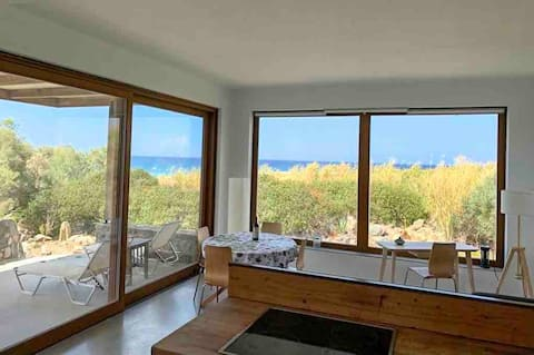 Abyssal villa, beach front, the sea at your feet