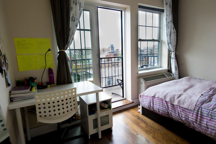 Bright and clean Room in WILLIAMSBURG!