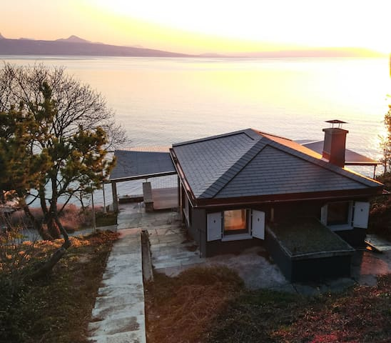 Pavillon romantique pieds dans l'eau au Lac Léman
