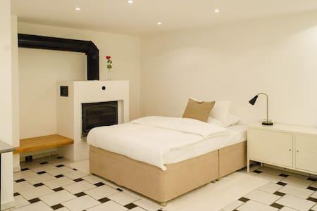 1 Zimmer Wohnung mit eigenem Zugang - Hofheim am Taunus - Apartamento